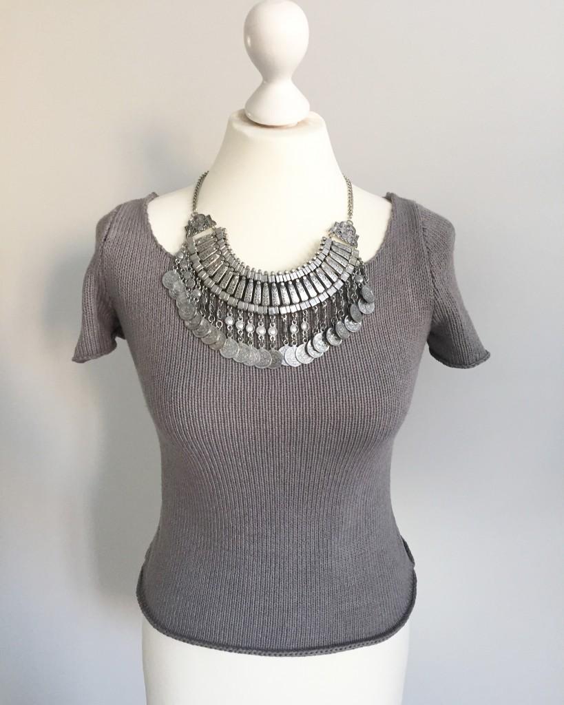 petit pull et collier plastron