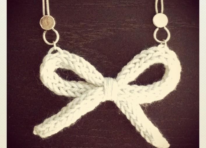 Collier noeud en tricotin