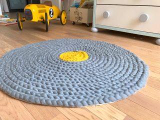 Un tapis en laine sans aiguilles ni crochet [DIY]